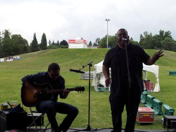 Le chanteur et harmoniciste Martin Goyette a offert une performance accompagné de son guitariste, mais sera en quatuor le 9 août.